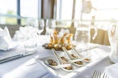 O prato do acionador de partida serviu em uma tabela em um restaurante em um evento Imagem de Stock Royalty Free