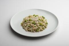 O prato do risoto com cevada soletrou brócolis e queijo Imagem de Stock Royalty Free
