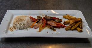 O prato peruano clássico Lomo Saltado fotografia de stock