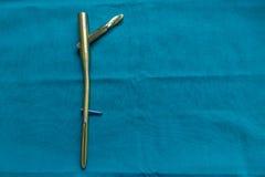 O prego do fêmur do titânio de Explanted em um cirúrgico verde drapeja fotografia de stock