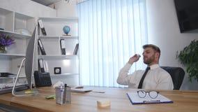 O preguiçoso no escritório, homem de negócios joga os papéis no balde do lixo, sonhos das férias video estoque