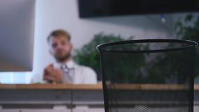 O preguiçoso no escritório, homem de negócios joga os papéis no balde do lixo, sonhos das férias vídeos de arquivo