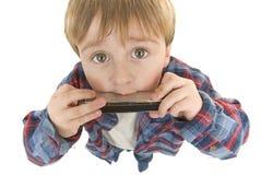 O Preschooler do cowboy joga a harmônica imagens de stock royalty free