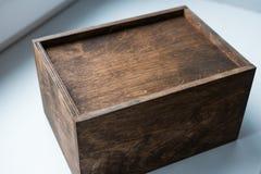 O presente ajustou-se em uma caixa de madeira, em um presente para um homem/presente com composição e em peúgas para ele foto de stock royalty free