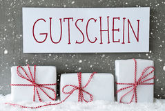 O presente branco com flocos de neve, Gutschein significa o comprovante Fotos de Stock Royalty Free