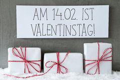 O presente branco na neve, Valentinstag significa o dia de Valentim Fotos de Stock