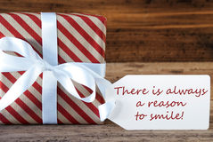 O presente com etiqueta, cita sempre a razão sorrir imagens de stock royalty free