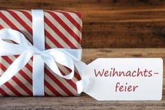 O presente com etiqueta, Weihnachtsfeier significa a festa de Natal fotografia de stock
