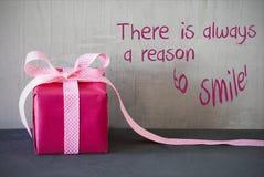 O presente cor-de-rosa, cita sempre a razão sorrir Fotografia de Stock