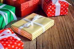 O presente da caixa de presente e decora em uma tabela de madeira Foto de Stock Royalty Free