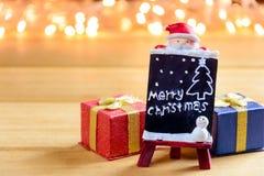 O presente da caixa de presente e decora em uma tabela de madeira Fotos de Stock Royalty Free