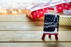 O presente da caixa de presente e decora em uma tabela de madeira Imagem de Stock Royalty Free
