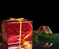 O presente de ano novo no empacotamento do vermelho e na linha verde Imagens de Stock Royalty Free