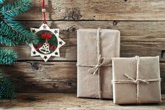 O presente de Natal com uma árvore de Natal do ramo e o Natal brincam Fotografia de Stock Royalty Free