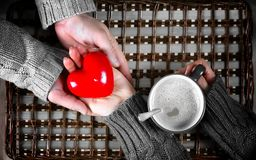 O presente do homem para a menina bebe o presente do café no dia do ` s do Valentim imagens de stock royalty free