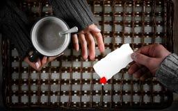 O presente do homem para a menina bebe o presente do café no dia do ` s do Valentim foto de stock royalty free
