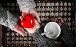 O presente do homem para a menina bebe o presente do café no dia do ` s do Valentim fotos de stock