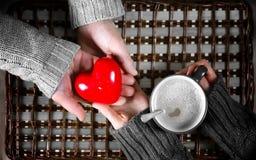 O presente do homem para a menina bebe o presente do café no dia do ` s do Valentim imagens de stock