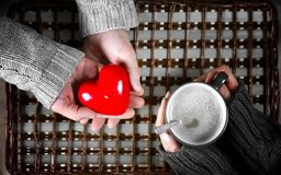 O presente do homem para a menina bebe o presente do café no dia do ` s do Valentim fotografia de stock