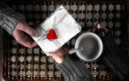 O presente do homem para a menina bebe o presente do café no dia do ` s do Valentim fotos de stock royalty free