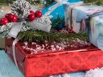 O presente empacotou caixas em um fundo de madeira azul Imagens de Stock Royalty Free