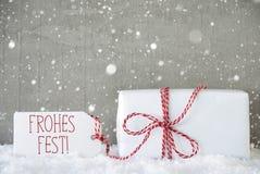 O presente, fundo com flocos de neve, Fest do cimento de Frohes significa o Feliz Natal Foto de Stock