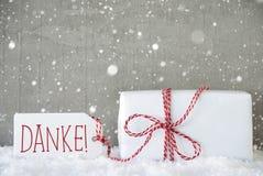 O presente, fundo com flocos de neve, meios do cimento de Danke agradece-lhe Fotografia de Stock Royalty Free