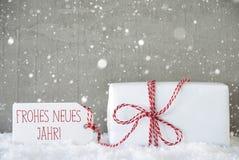 O presente, fundo com flocos de neve, Neues Jahr do cimento significa o ano novo Foto de Stock