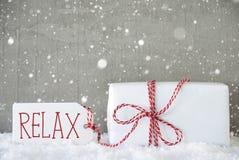 O presente, fundo com flocos de neve, texto do cimento relaxa Fotos de Stock