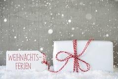 O presente, fundo com flocos de neve, Weihnachtsferien do cimento significa a ruptura do Natal Fotografia de Stock