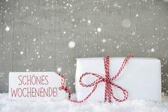 O presente, fundo com flocos de neve, Wochenende do cimento significa o fim de semana feliz Fotos de Stock