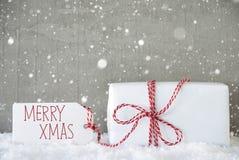 O presente, fundo do cimento com flocos de neve, Text o Xmas alegre imagens de stock