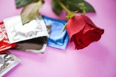 O preservativo impede o controlo da natalidade do conceito do sexo seguro dos Valentim da contracepção da gravidez com preservati foto de stock
