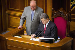 O presidente de Ucrânia Petro Poroshenko assina a lei na ratificação Fotos de Stock