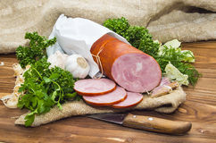 O presunto cortou a salsicha de carne de porco com alho e erva Fotografia de Stock Royalty Free