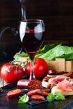 O presunto, o salame e o vidro espanhóis do res wine Serrano de Jamon Fotografia de Stock Royalty Free