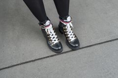 O preto calça o passeio urbano dos laços do branco fotografia de stock royalty free