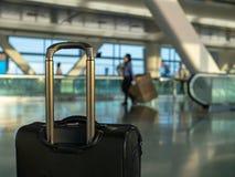 O preto continua a bagagem que senta-se no aeroporto moderno com trabalhadores dentro fotos de stock