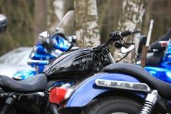 O preto de Harley Davidson Sportster 1200 da motocicleta entre outro bikes exterior Close-up Fotos de Stock