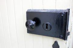 O preto e branco de uma porta velha. Imagens de Stock