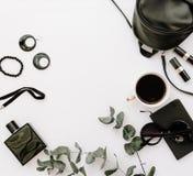 O preto na moda da forma denominou a coleção dos acessórios da mulher no fundo branco foto de stock