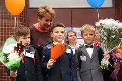 O primeiro atendimento 1º de setembro, dia do conhecimento na escola do russo Dia do conhecimento Primeiro dia da escola Fotos de Stock Royalty Free