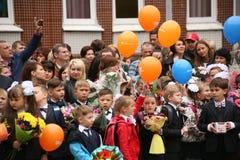 O primeiro atendimento 1º de setembro, dia do conhecimento na escola do russo Dia do conhecimento Primeiro dia da escola Foto de Stock