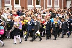 O primeiro atendimento 1º de setembro, dia do conhecimento na escola do russo Dia do conhecimento Primeiro dia da escola Imagens de Stock Royalty Free