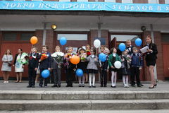 O primeiro atendimento 1º de setembro, dia do conhecimento na escola do russo Dia do conhecimento Primeiro dia da escola Imagem de Stock