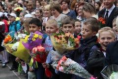 O primeiro atendimento 1º de setembro, dia do conhecimento na escola do russo Dia do conhecimento Primeiro dia da escola Fotografia de Stock Royalty Free