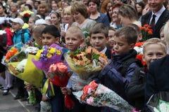 O primeiro atendimento 1º de setembro, dia do conhecimento na escola do russo Dia do conhecimento Primeiro dia da escola Imagens de Stock