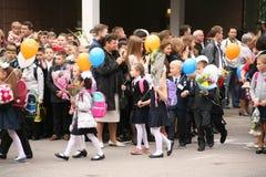 O primeiro atendimento 1º de setembro, dia do conhecimento na escola do russo Dia do conhecimento Primeiro dia da escola Imagem de Stock Royalty Free