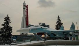 O primeiro foguete Vostok e lutador em uma exposição em Moscou no inverno Fotografia de Stock