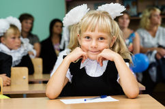 O primeiro graduador senta-se em sua mesa na primeira lição o 1º de setembro Fotografia de Stock